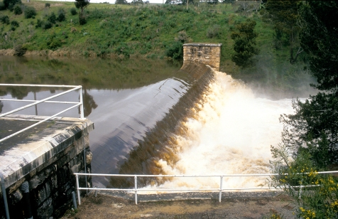 CSIRO_ScienceImage_4653_Flood_waters_surge_over_the_Clarendon_Weir_in_the_Adelaide_Hills_South_Australia_1992[1].jpg